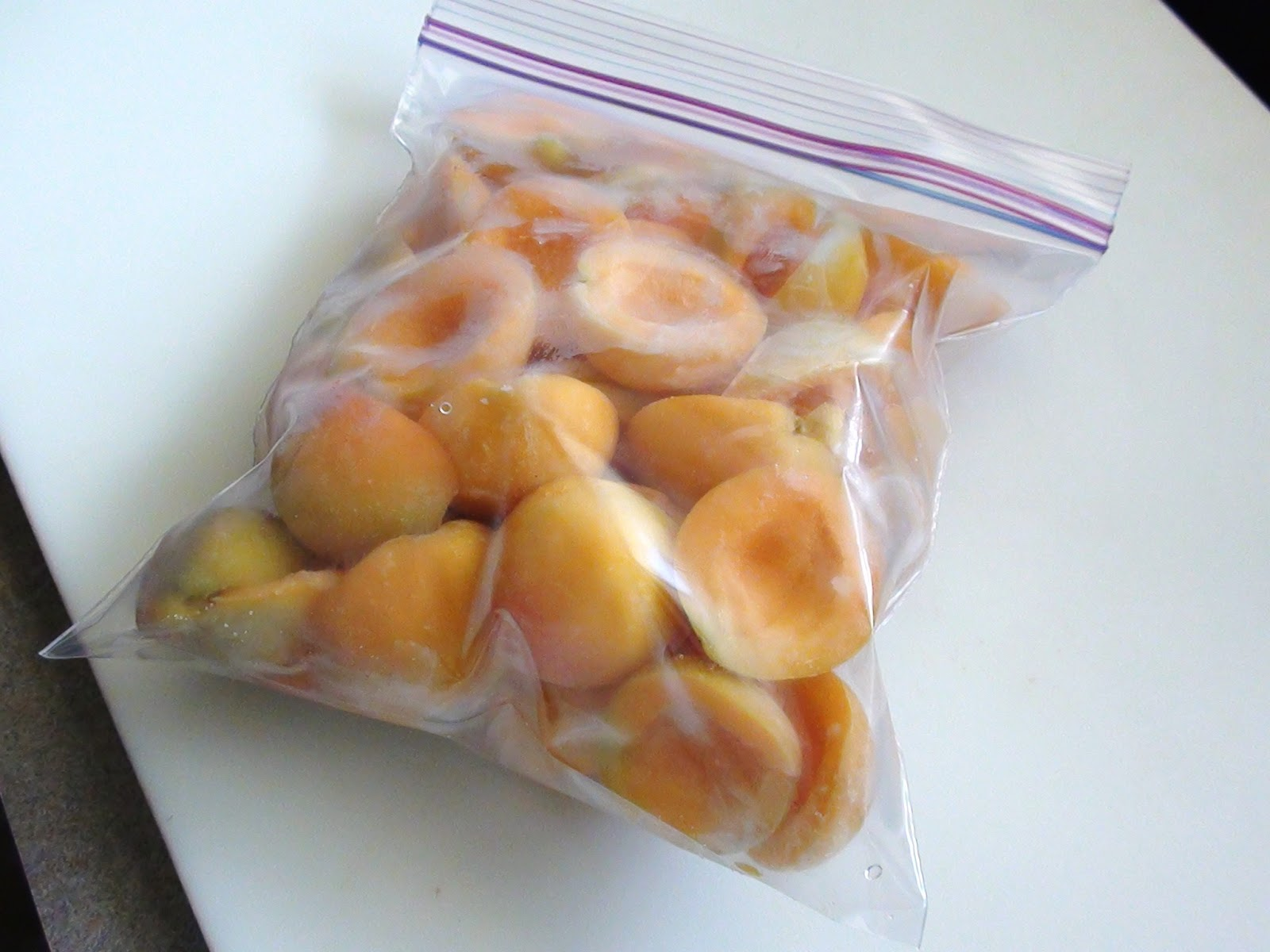 Можно ли замораживать яблоки на зиму в морозильной камере и как?