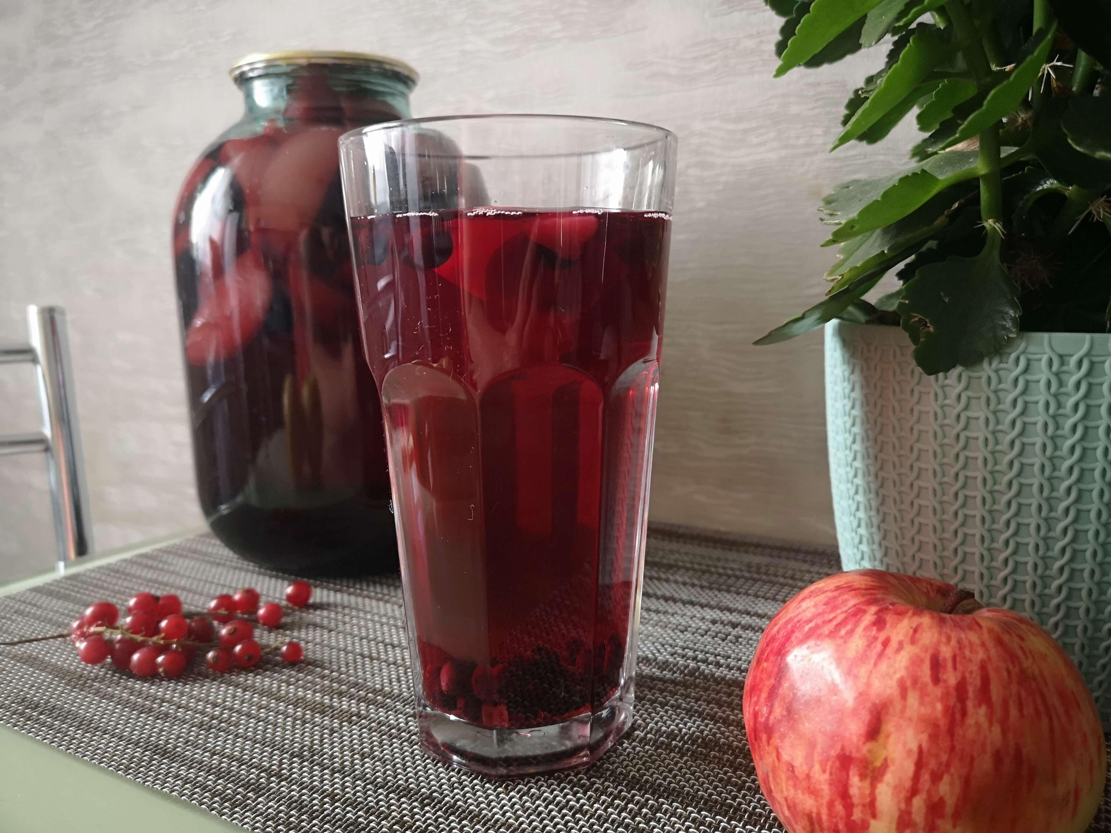 Компот из черноплодки с яблоками на зиму: простой рецепт