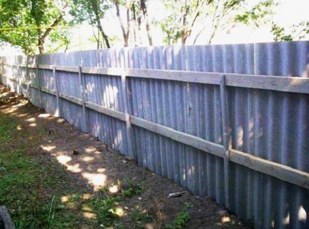 Как сделать забор из шифера своими руками: разновидности конструкций и варианты основы для изготовления ограждений