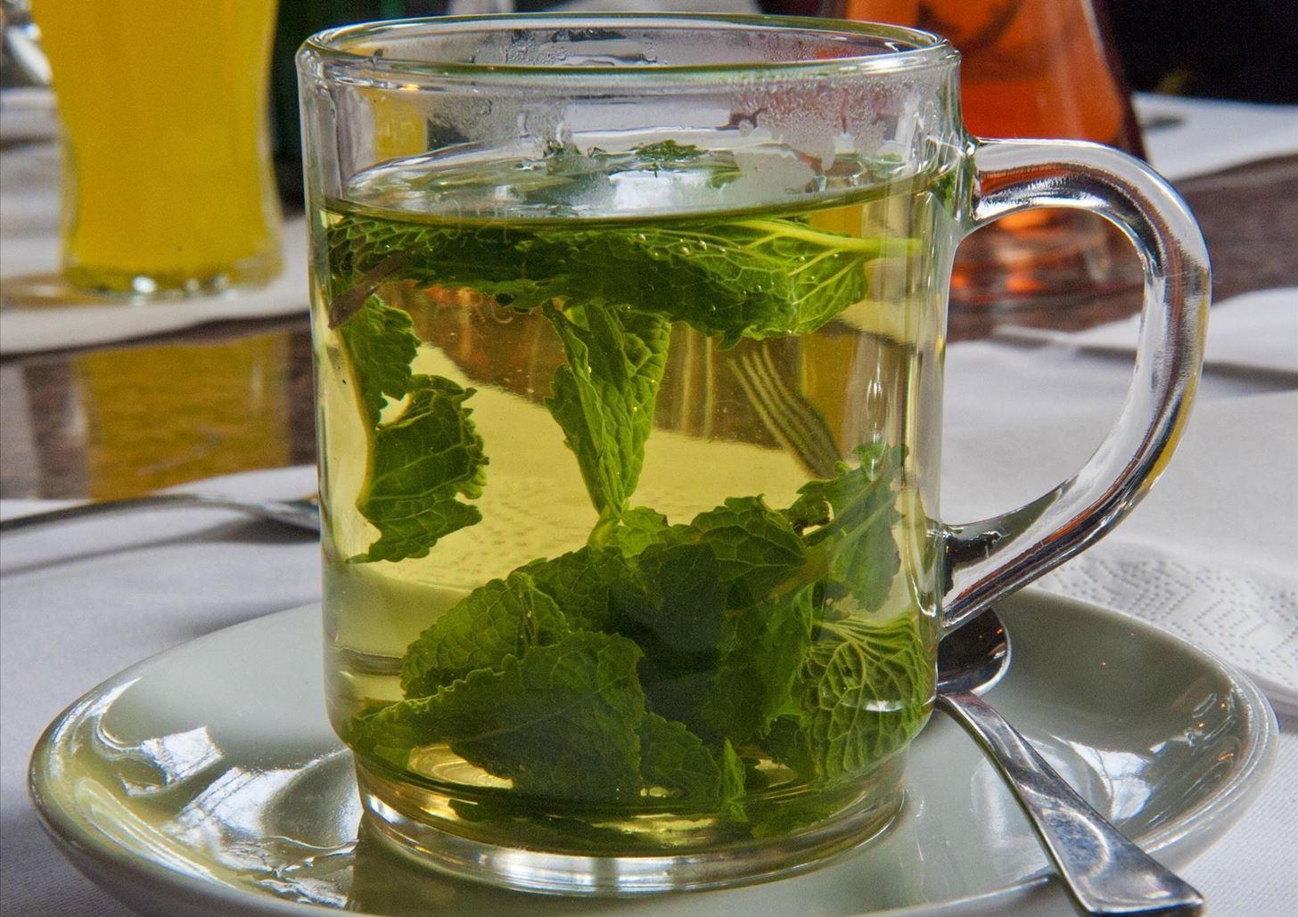 Как заваривать лист смородины, полезные свойства и противопоказания
