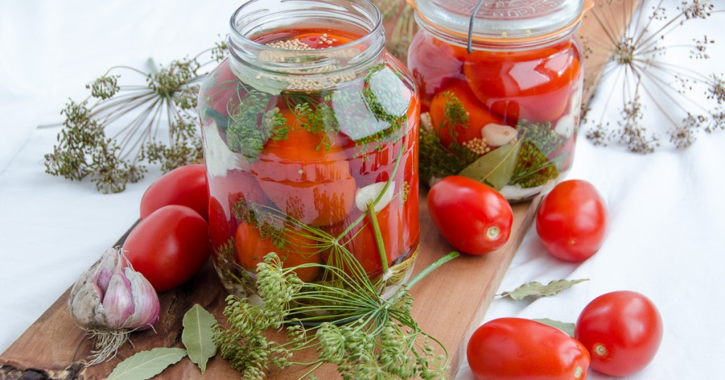 Топ-3 рецептов маринованных помидор «пальчики оближешь» на зиму в банках без стерилизации