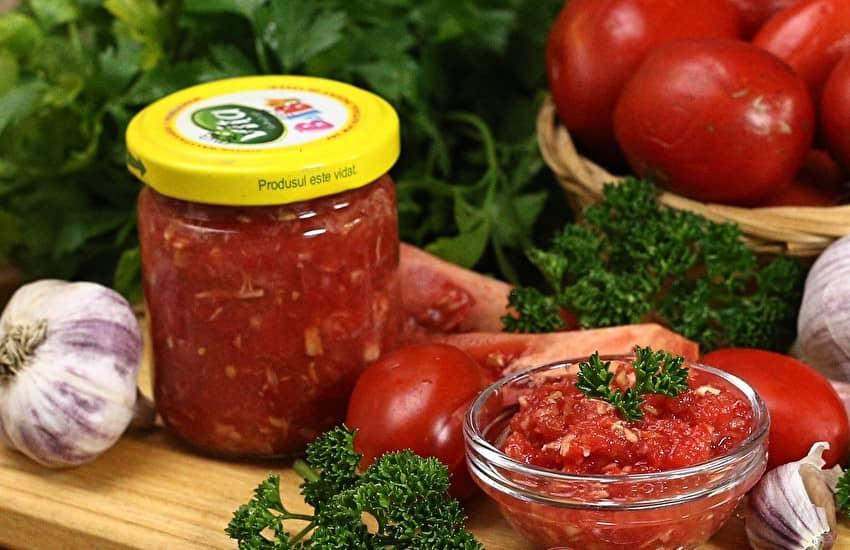 6 крутых рецептов помидоров с чесноком на зиму - лайфхакер