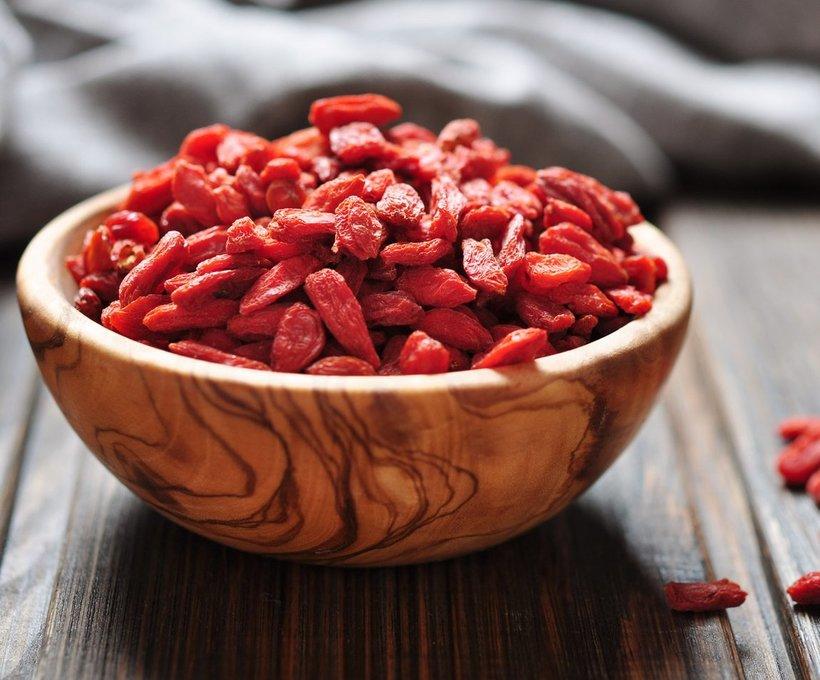 Барбарис: полезные свойства кустарника для организма человека, противопоказания, как использовать ягоды, листья, кору, мед, фото