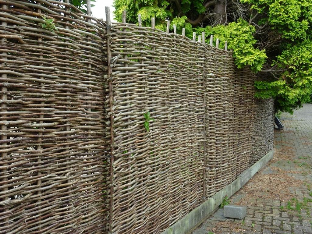 Оригинальный плетенный забор на даче: технология изготовления